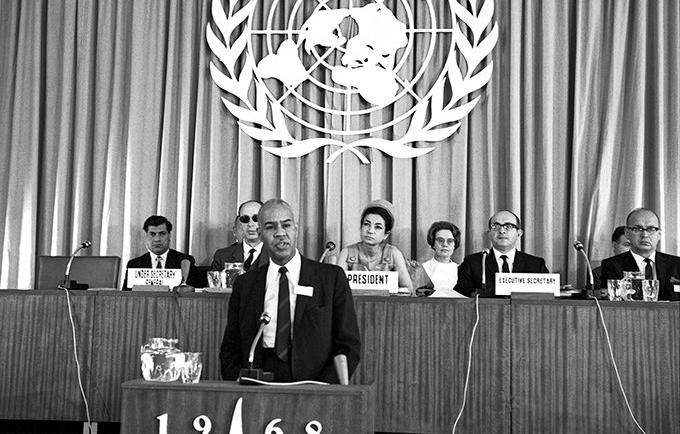 L'article 16 de la Proclamation de Téhéran déclare : « Les parents ont le droit fondamental de déterminer librement et consciemment la dimension de leur famille et l'échelonnement des naissances. » © UN Photo